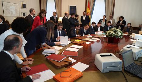 Oriol Junqueras (3d), de ERC, y Jordi Sànchez (4i) y Josep Rull (5d) de JxCat, tramitan sus actas parlamentarias este viernes en el Congreso de los Diputados, previo al acto de constitución de las Cortes que tendrá lugar mañana