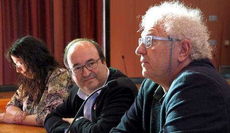 Miquel Iceta (centre) escolta l'alcaldable socialista de Balaguer, Carlos García.