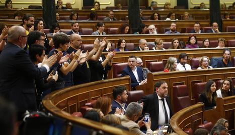 Els diputats d'ERC aplaudeixen Oriol Junqueras.