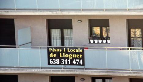 Un cartell de lloguer en un habitatge.