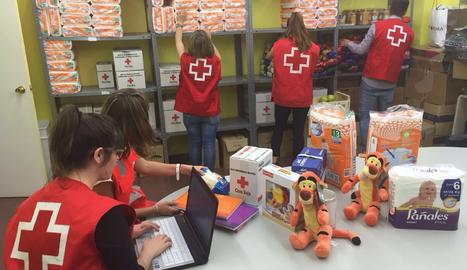 Voluntaris de la Creu Roja de Lleida en una imatge d'arxiu.