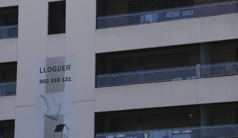 Un edifici de la capital amb diversos habitatges de lloguer.