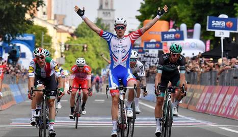 Arnaud Demare celebra el triomf sobre la línia de meta.