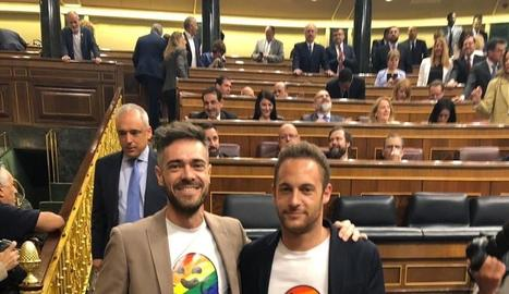 Moment en què el president del Govern central en funcions, Pedro Sánchez, i el líder d'ERC, Oriol Junqueras, s'estrenyen la mà, ahir, al Congrés.