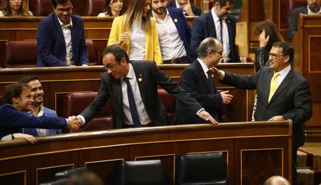 Els presos electes Jordi Turull, Jordi Sànchez i Josep Rull, saludant diversos diputats de JxCat i d'En Comú Podem, durant l'inici de la sessió de constitució del Congrés.