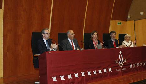 El rector Jaume Puy envoltat de tot el seu equip, després de prendre possessió ahir a la UdL.