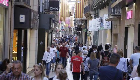 Ciutadans passejant i comprant ahir pel carrer Major.