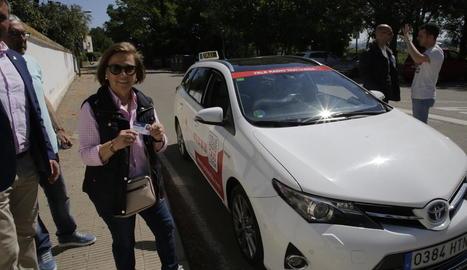 Marisa mostra la targeta T-Horta, que equival a la T-10, abans de pujar al taxi.