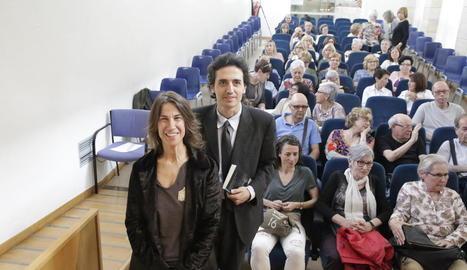 La cantant Lídia Pujol i el comissari de l'Any Panikkar, Ignasi Moreta, ahir a la Biblioteca Pública.