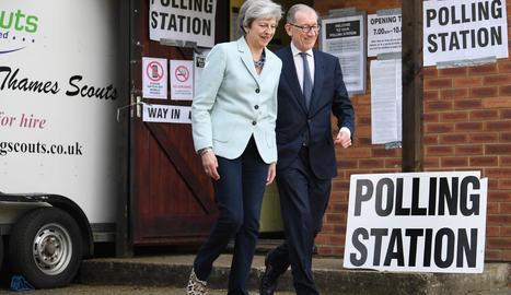 Theresa May i el seu marit després de votar als comicis europeus.