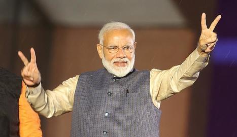 El primer ministre Narendra Modi celebra la victòria.