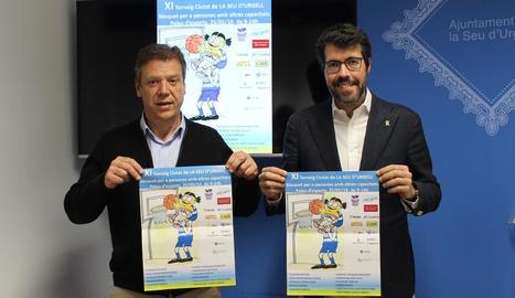 Pere Porta, del Sedis, i l'alcalde Albert Batalla, a la presentació.