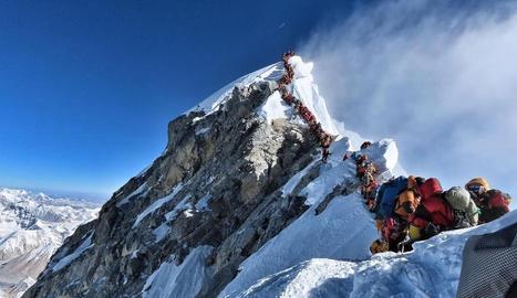 Embús a l'Everest al fer el cim el mateix dia més de dos-cents muntanyencs