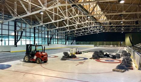 Imatge dels treballs d'instal·lació de la nova pista del Palai de Gèu de Vielha.