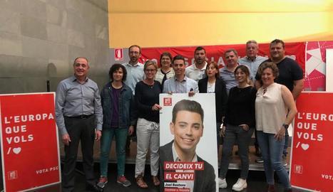 Joel Bastons, al centre, amb la diputada Montse Mínguez.