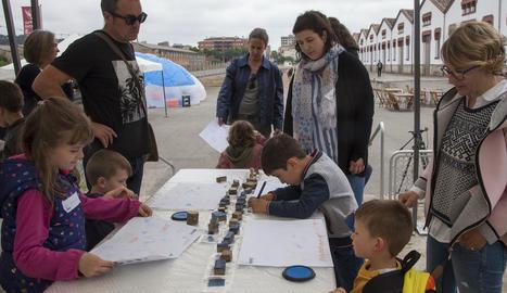 El vídeo de la lleidatana Isabel Barios, guanyador de l'Embarrat, es projectava als banys de l'antiga Cal Trepat, a l'exterior de la qual els nens també van gaudir del festival.