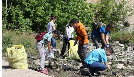 Recullen 300 quilos de residus al riu Segre