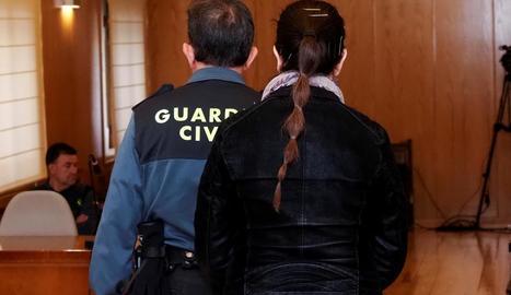 La mare de la petita morta a l'entrar a la sessió de judici que es va celebrar ahir.
