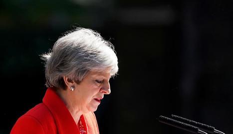 La primera ministra, Theresa May, amb el cap cot després d'anunciar la dimissió divendres.