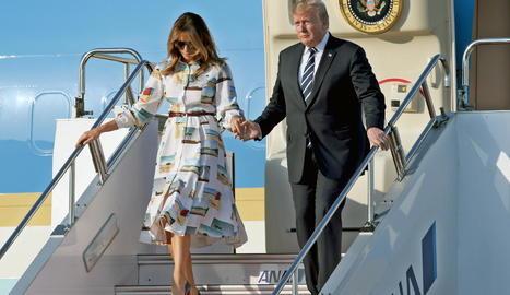 Donald Trump i Melania a l'arribar al Japó ahir en viatge oficial.