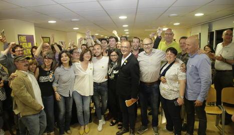 """""""Ho hem aconseguit"""" - Miquel Pueyo va mantenir la calma en un ambient d'eufòria a la seu republicana i va recordar que s'havia compromès a ser primera força i ho han aconseguit. Va donar per fet que es consolidarà el pacte amb Junts per ..."""