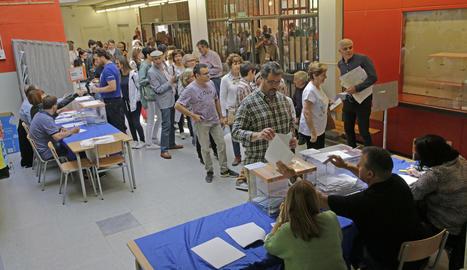 Ciutadans fent cua per votar en un col·legi electoral del barri de Cappont.