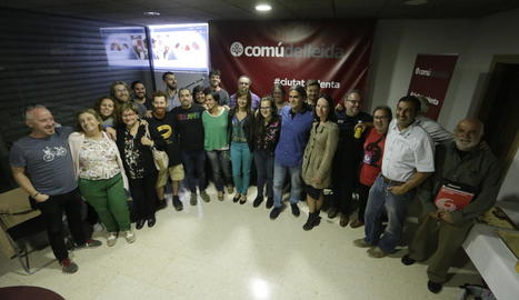 Foto de família de membres del Comú ahir a la seua seu.
