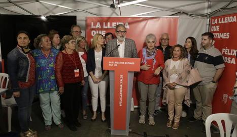 Larrosa, amb els membres de la seua llista, al fer la valoració dels resultats a la seu del PSC.