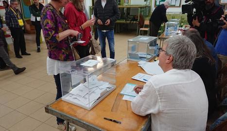 Marta Madrenas, en el moment de votar als comicis d'ahir.