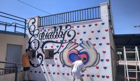 Els grafiters Balletbó i Bosque, al retocar detalls del mural.