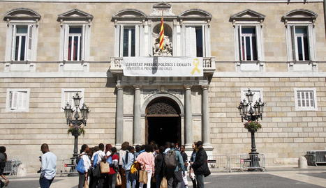 Passat el període electoral, el president, Quim Torra, va tornar a posar ahir la pancarta pels presos i exiliats al Palau de la Generalitat.