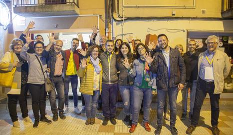 Membres d'ERC-MES celebrant diumenge els 5 edils, rècord històric a Tàrrega, davant la seua seu.