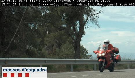 Moment en què el radar va captar el motorista.