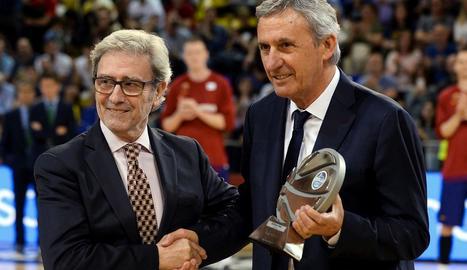 Pesic va rebre abans del partit el trofeu al millor tècnic de l'ACB.