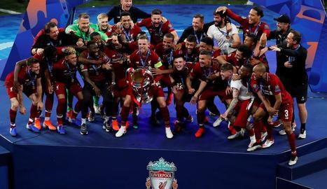 La plantilla del Liverpool, en el moment d'aixecar la sisena Champions, després de vèncer el Tottenham ahir al Wanda Metropolitano.
