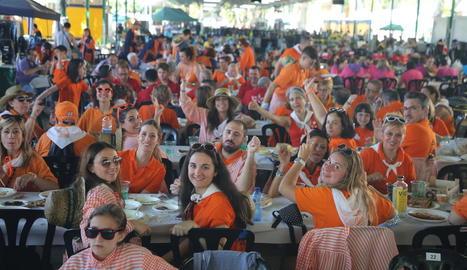 Centenars de penyistes van complir ahir a primera hora la tradicional cercavila per la ciutat fins al recinte dels Camps Elisis.
