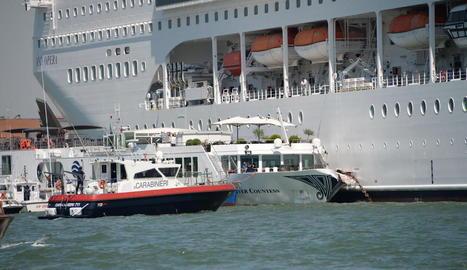 El creuer va impactar contra el vaixell turístic en el qual hi havia 130 persones a bord.
