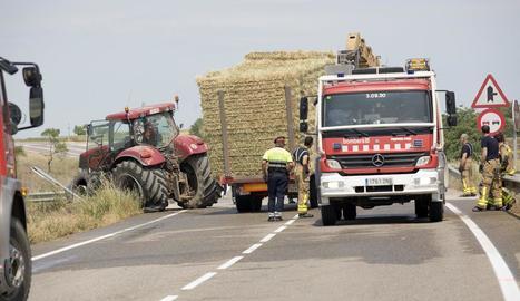 El tractor que va col·lidir frontalment contra la furgoneta, poc després del sinistre.