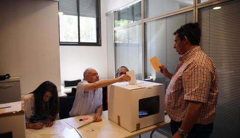Un votant ahir a la seu d'Agricultura de Lleida.