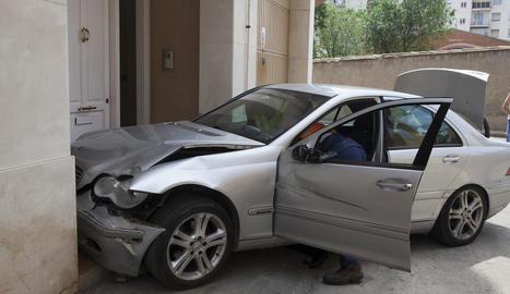 El cotxe va xocar contra un portal del carrer Sant Eloi.