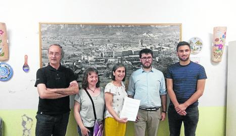 Lostao (al centre) després de firmar l'acord de govern.