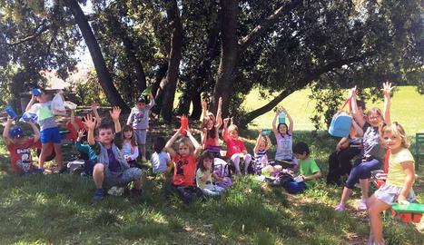 Els nens de l'escola de Sant Ramon al parc del col·legi.