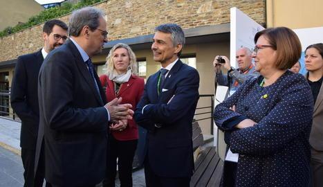El president Quim Torra conversa amb Vicenç Voltes davant de Rosa Maria Perelló i Albert Batalla.