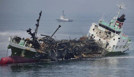 Els vaixells enfonsats i accidentats contaminen els mars.