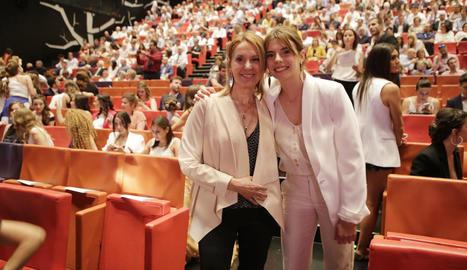 Teresa Bonet i la seua filla, Meritxell, durant la cerimònia de lliurament d'orles de Fisioteràpia, al teatre de la Llotja de Lleida.