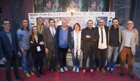 Foto de família dels guardonats, amb Karra Elejalde al centre, part del jurat, organitzadors i autoritats locals i comarcals.