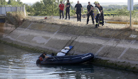 Familiars i amics del difunt a prop del lloc on va caure al canal de Seròs.