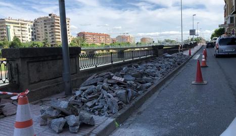 Les obres que s'executen al carrer de la Banqueta de Balaguer per evitar inundacions.