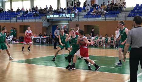 Manresa i Skuru Basket, de Suècia, en el seu partit d'ahir.
