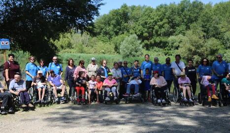 Voluntaris i persones de l'Associació Aremi, abans de començar les passejades i activitats per l'aiguabarreig a la Granja d'Escarp.